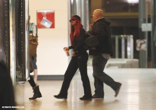 03-06 - リアーナ Arriving In Melbourne, Australia