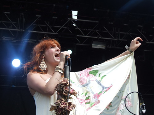 Florence + The Machine Hintergrund titled Flo