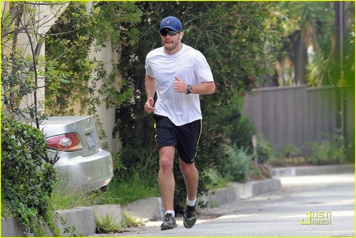 Jake Gyllenhaal Makes a Run For It!
