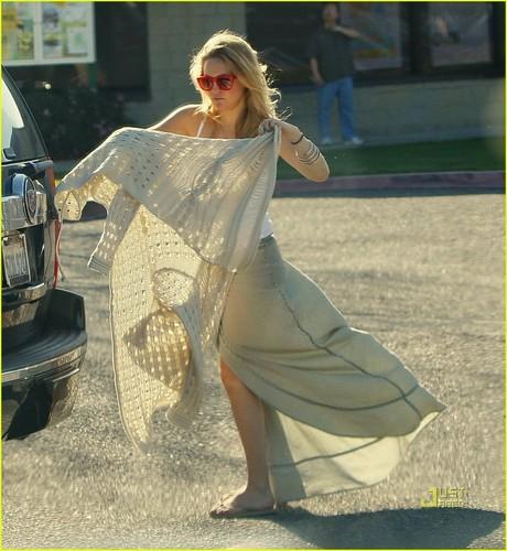 Kate Hudson: Baby Bump in Malibu!