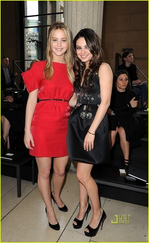 Mila Kunis: Miu Miu Показать with Jennifer Lawrence!