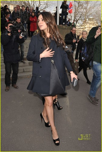 Mila Kunis: Miu Miu Zeigen with Jennifer Lawrence!