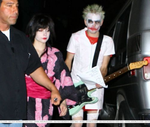 New Unseen Fotos of Avril Lavigne and Deryck Whibley in Costume at Halloween Party in 2008!