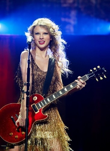 Taylor performs @ the Forest National Arena