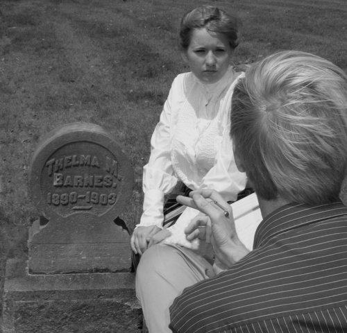Thelma and her लेखक chat graveside