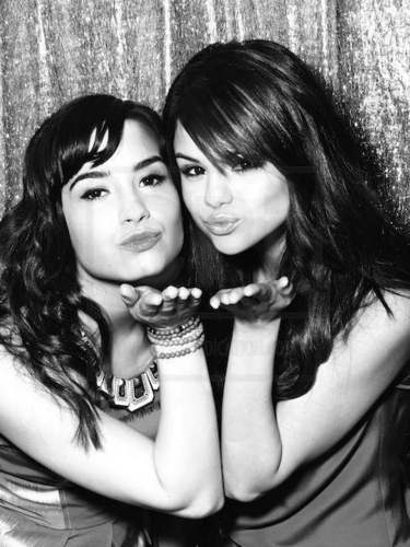 Selena Gomez et Demi Lovato fond d'écran called Demi&Selena photo