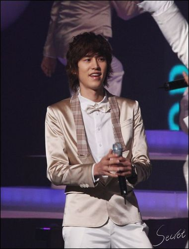Super Junior wolpeyper with a konsiyerto titled KYUHYUN! HAWT!