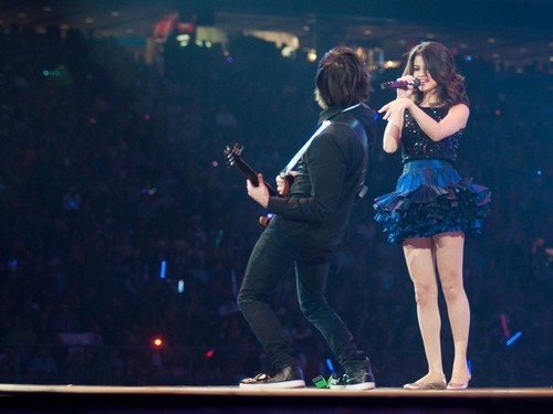 瑟琳娜·戈麦斯 壁纸 possibly with a 音乐会 entitled March 6, 2011 selena gomez at Reliant Stadium in H