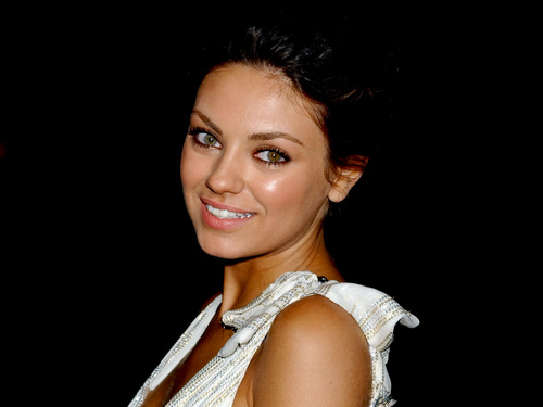 Mila Kunis achtergrond probably with a portrait entitled Mila <3
