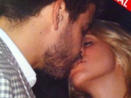 Shakira and Piqué first public kiss !!!!!! - shakira-and-gerard-pique Photo
