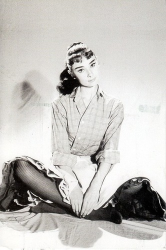 Audrey Hepburn wallpaper possibly containing a well dressed person, a business suit, and battle dress entitled Audrey Hepburn