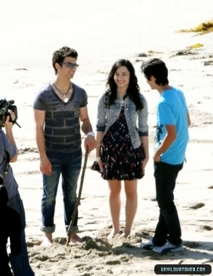 Demi Lovato wallpaper entitled Demi and joe in make a wave on the sets.