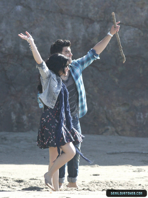 Demi in make a wave on the sets.