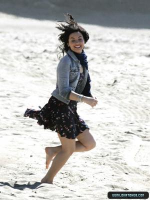 Demi n make a wave on the set.