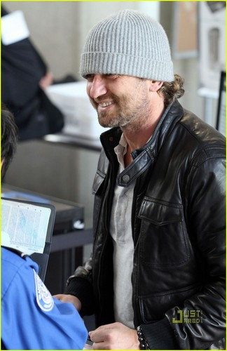 Gerard Butler wallpaper probably with a business suit entitled Gerard Butler Takes Flight at LAX