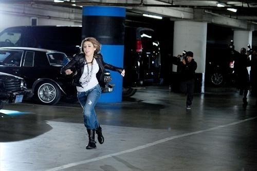 Miley cyrus fly on the Стена video!