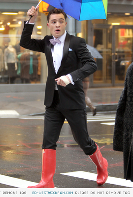 New foto-foto of Ed on the set of Gossip Girl in New York (February 28th, 2011)