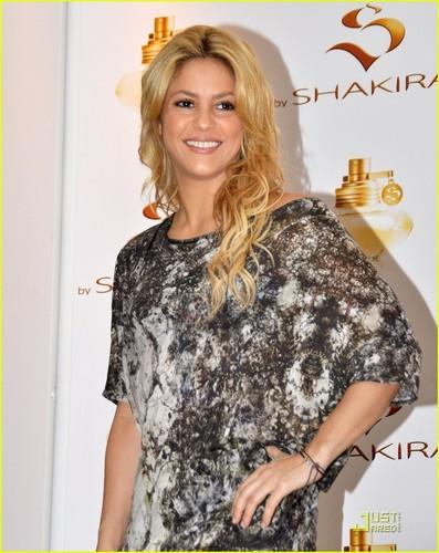 Shakira: 'S سے طرف کی Shakira' Fragrance Launch!