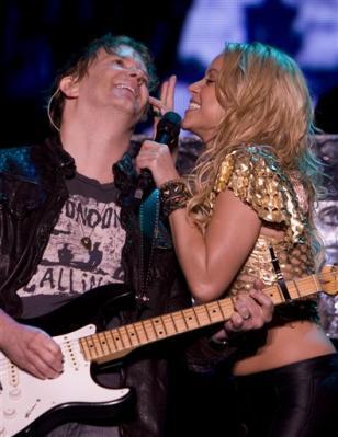 Shakira flirts with guitarist