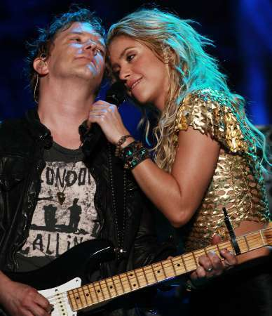 Шакира flirts with guitarist