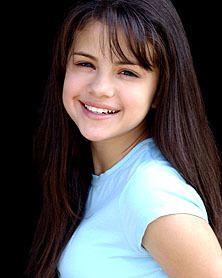 Selena Gomez karatasi la kupamba ukuta containing a portrait entitled Young selena♥♥