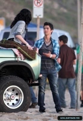 jemi in the set of make a wave