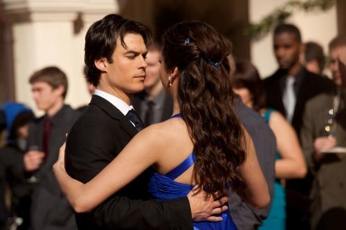 Delena kertas dinding possibly containing a business suit called Dance