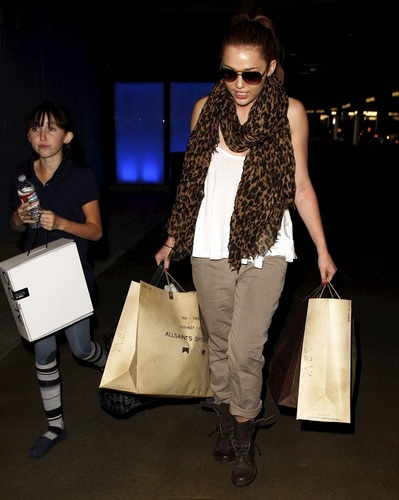 Miley - Shopping in Beverly Hills (18th March 2011)