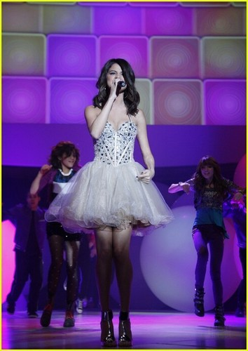 Selena Gomez: 'Shake It Up' Performance Pics & Video!