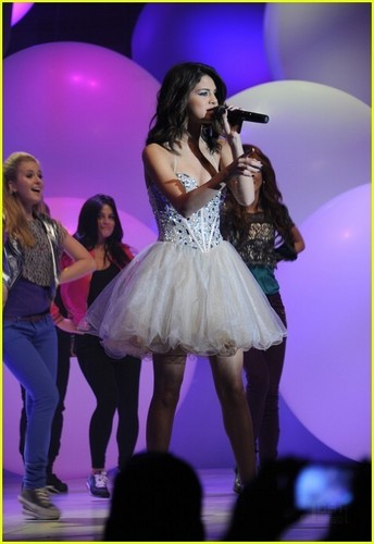 Selena Gomez: 'Shake It Up' Performance Pics & Video!