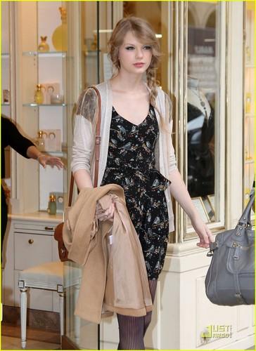 Taylor Swift: Galeries Lafayette Lady