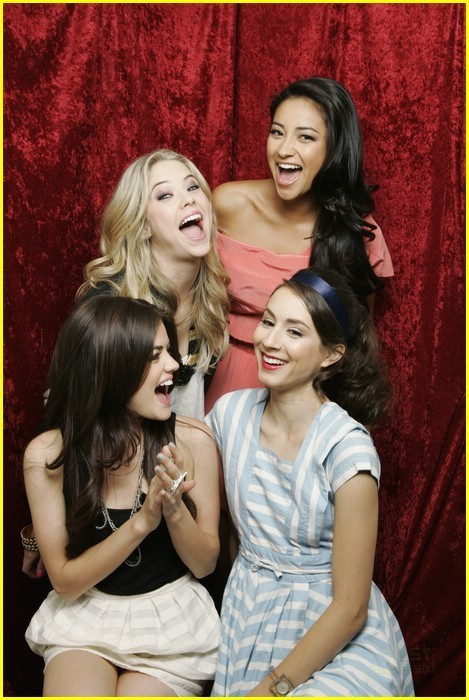 Troian Bellisario&the PLL Cast - troian-bellisario Photo