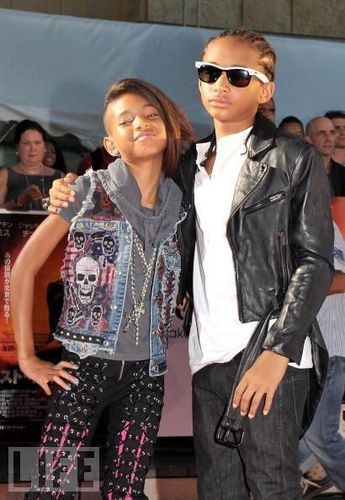 Willow Smith Hintergrund possibly with long trousers, sunglasses, and an outerwear entitled Willow & Jaden :)