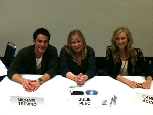 Candice at the Chicago Comic & Entertainment Expo! [19/03/11]