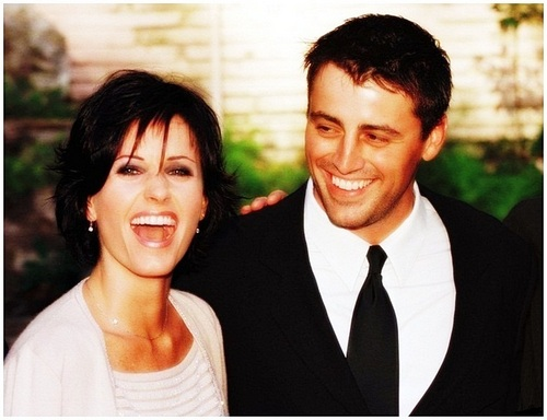 vrienden achtergrond with a business suit called Courteney Cox & Matt LeBlanc