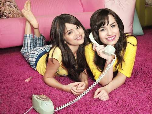 selena gomez dan demi lovato wallpaper probably with a telephone booth and a portrait called Demi&Selena foto