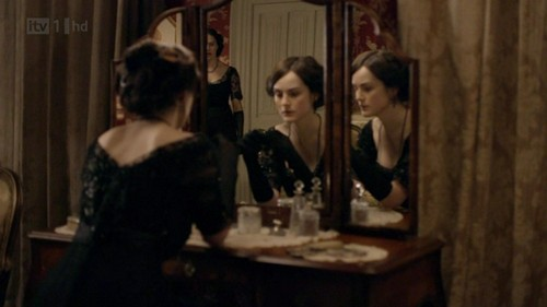 Downton Abbey hình nền probably with a cái nịt vú, brasserie called Downton Abbey - Episode 1x01
