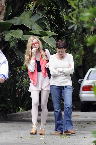 Elle Fanning Обои containing a business suit and long trousers titled Elle Fanning Leaving ballet class