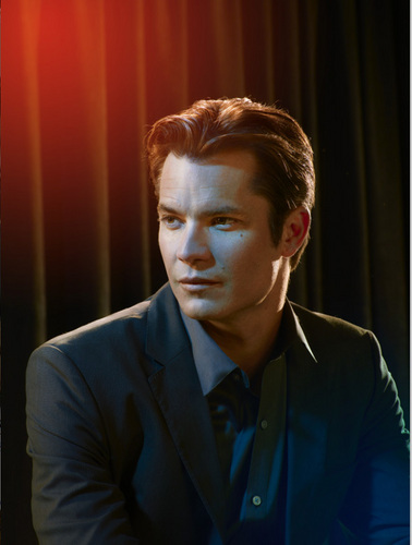 Timothy Olyphant پیپر وال probably containing a business suit and a suit entitled Emmy Magazine