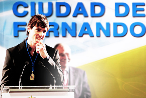 "Fernando received ""The ゴールド Medal"" of Fuenlabrada"