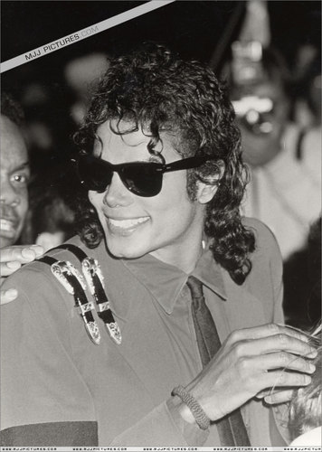 The Bad Era achtergrond containing sunglasses titled MJ the bad era<3
