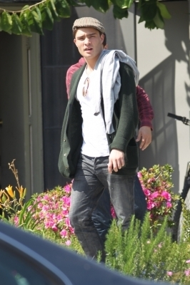 New foto of Ed in L.A [March 18, 2011]