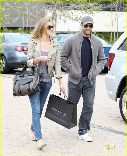 Rosie Huntington-Whiteley: Shopping jour with Jason Statham!