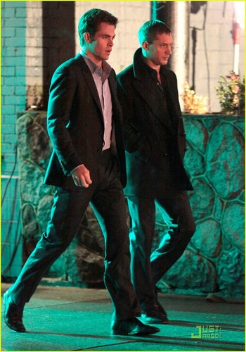 Tom Hardy wallpaper containing a business suit, a suit, and a well dressed person entitled Tom Hardy & Chris Pine on Night Out