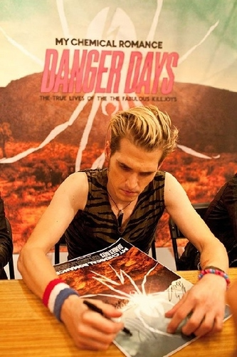 mikey signing autograph:D