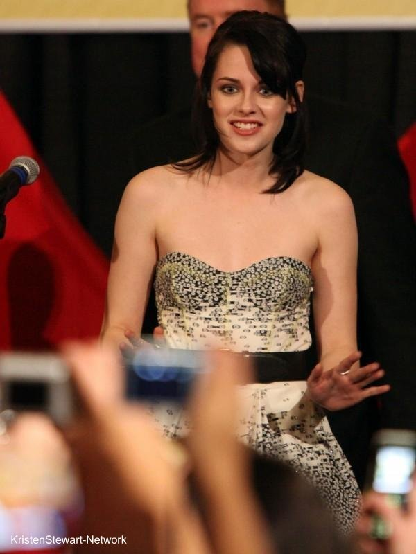 "3 New Kristen pics from ""New Moon Screening"""