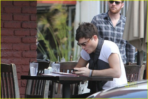 Ed Westwick wolpeyper entitled Ed Westwick: Kings Road Cafe Stop!