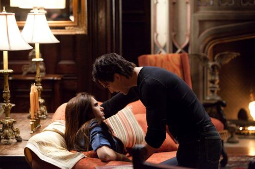 The Vampire Diaries TV montrer fond d'écran with a drawing room, a living room, and a parlor titled LMAOO!