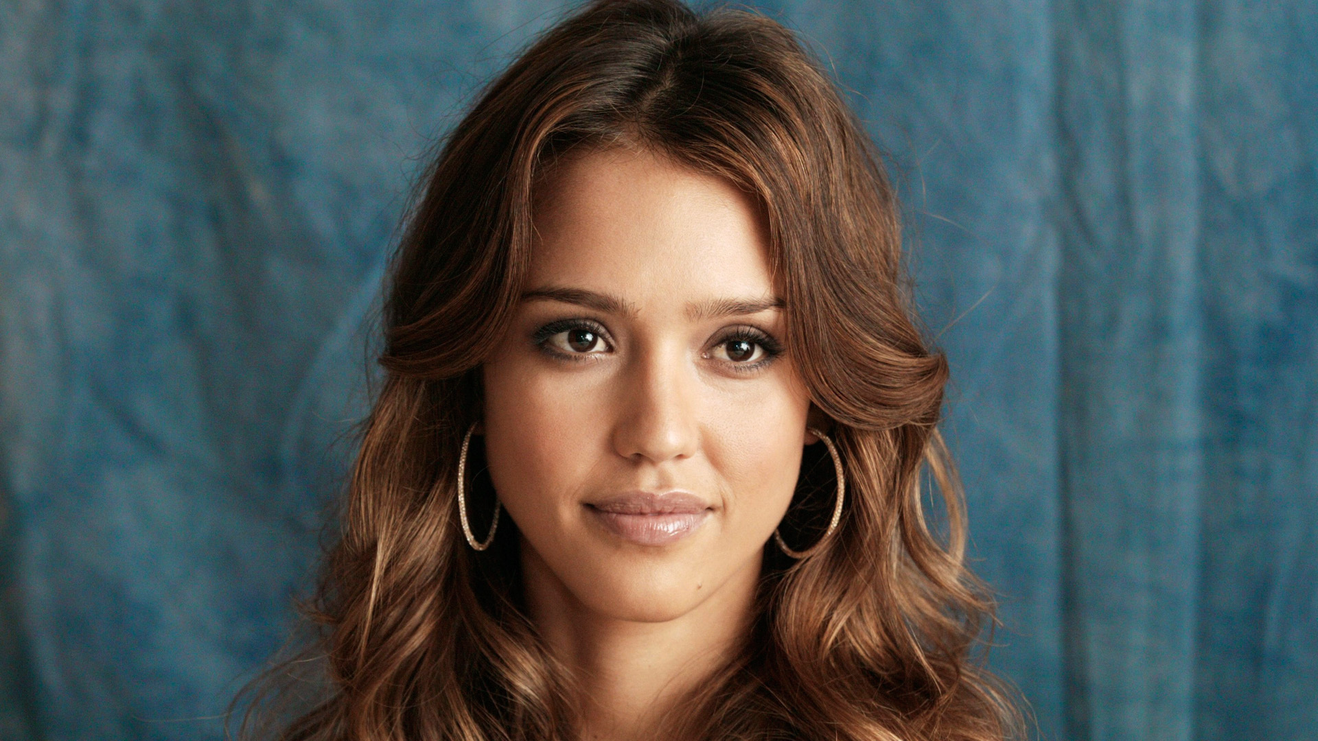 Download this Jessica Alba Lovely Wallpaper picture