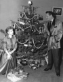 Lucy and Ricky Under the Christmas arbre